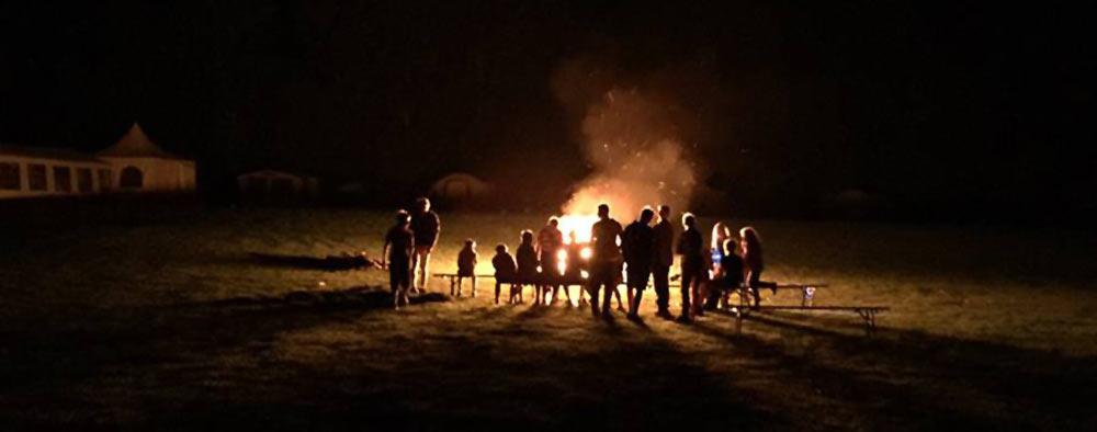 Lagerfeuer beim Jugend-Sommer-Golfcamp 2015