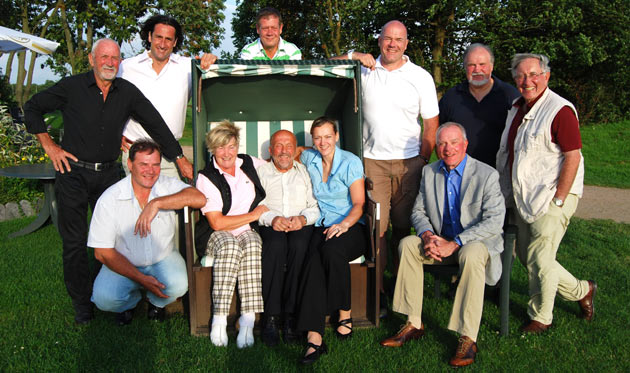 Schwangen die Schläger für einen guten Zweck - KiO-Promis im Golfpark