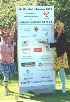 Klinik Clowns Violetta und Traumute vor der Sponsorentafel beim Marshal Turnier 2013