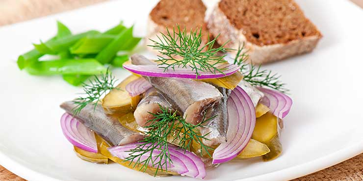 Matjes mit Kartoffeln, Zwiebeln und Schwarzbrot