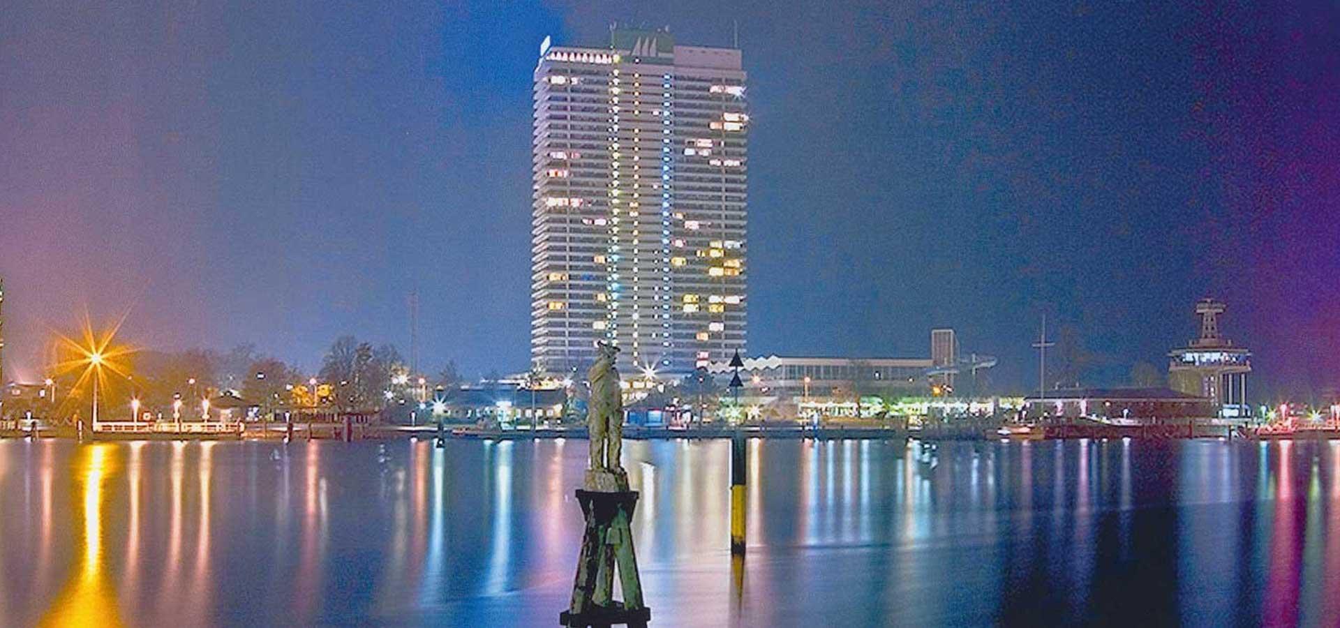 Maritim Strandhotel - Aussenansicht - Blick vom Meer am Abend